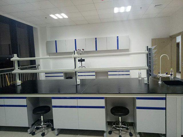 全木实验台 – 尺寸:1500*850*800,台面:实验室专用12.7mm理化板,耐强酸碱耐腐蚀、耐高温、易清洁